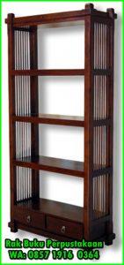 Rak buku perpustakaan sekolah