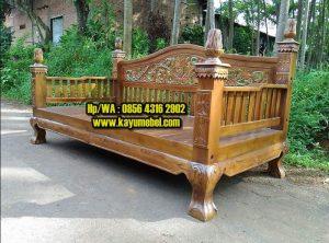 Pengrajin kursi panjang kayu jati
