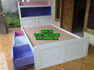 tempat tidur kayu ada laci