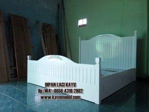 tempat tidur dengan laci minimalis